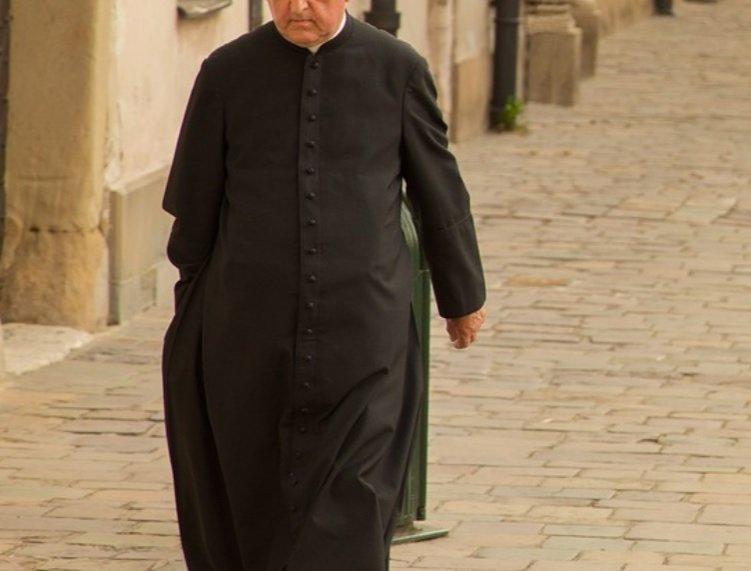 Un preot care participa la orgii a fost expus de soția răzbunătoare