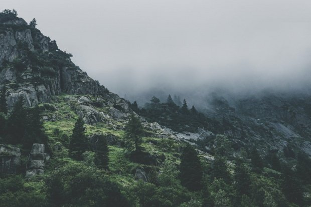 Trei persoane, blocate pe o stâncă de pe muntele Cozia