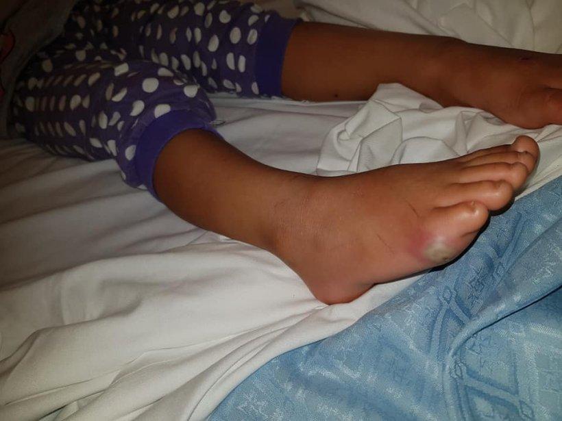 A mers la cumpărături cu mama ei după care o fetiță de numai patru ani a ajuns în spital după ce a încercat o pereche de pantofi!