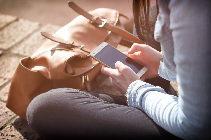 Specialiștii avertizează!Unde este interzis să îţi pui telefonul mobil. Te poate îmbolnăvi