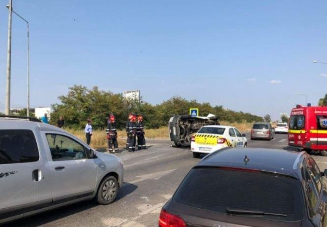 Un microbuz s-a răsturnat în București, la intrare pe A2. Sunt mai multe victime
