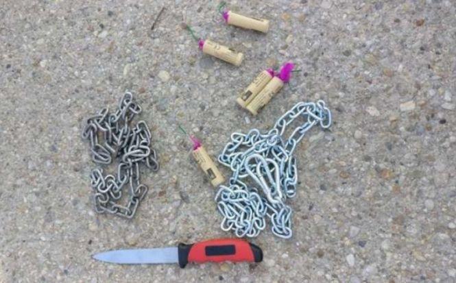 Lanţuri, cuţite şi droguri, găsite de jandarmi la suporterii dinamovişti care se deplasau la Craiova