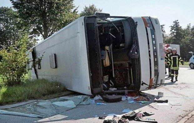 Accident teribil pe o autostradă. Cinci persoane au murit, iar alte 20 au fost grav rănite, după ce un autocar s-a izbit frontal de pilonul unui pod