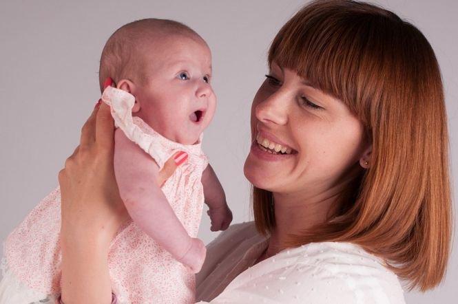 Scandal uriaș pe indemnizațiile pentru mame. Statul a tăiat banii mamelor care își luau salariile pe drepturi de autor
