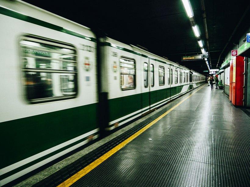 O mamă și copilul ei au căzut pe șinele de la metrou, cu puțin timp înaintea sosirii trenului