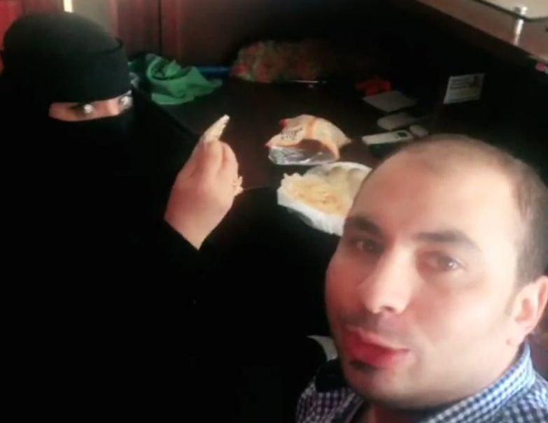 S-au filmat în timp ce luau micul dejun în oraș, iar în scurt timp bărbatul a fost arestat. Motivul este de necrezut