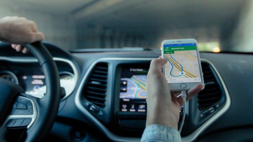 Secretul din spatele săgeţii, care reprezintă vehiculul, din aplicaţiile GPS precum Waze sau Google Maps