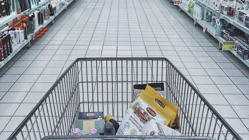 Un agent de pază dintr-un supermarket din Capitală a găsit într-un coş de cumpărături un plic cu peste 33.000 de euro. Ce a făcut cu banii