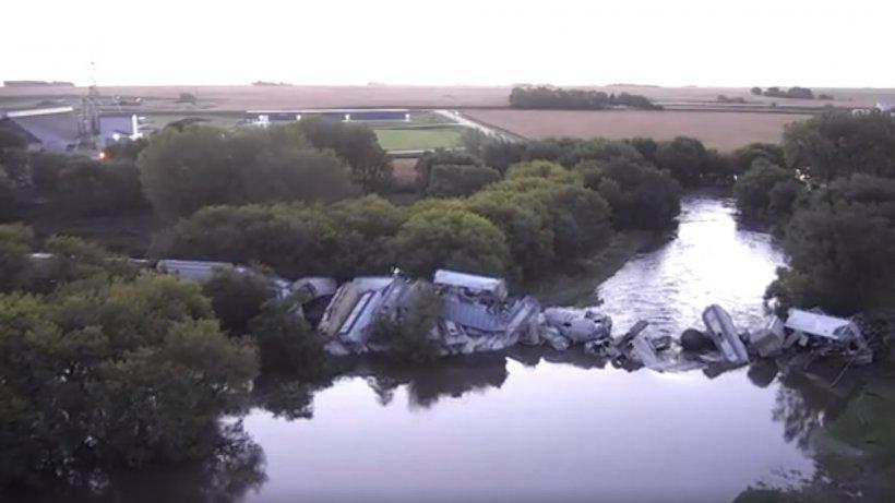 Un trena căzut într-un râu, după ce podul de cale ferată pe care trecea s-a prăbușit - VIDEO