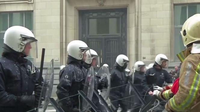 Imagini incredibile! Cum intervine Poliția la Bruxelles pentru a reprima protestele violente