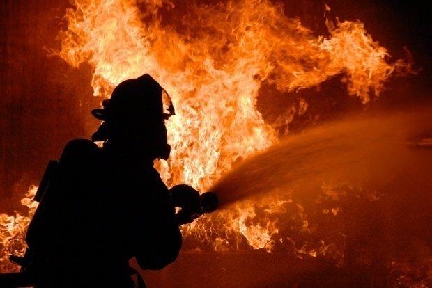 O casă de vacanță distrusă de flăcări în județul Argeș