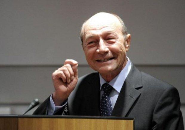 """Ce pensie are fostul președinte Traian Băsescu. """"Cu asta am ieşit, vă aduc fluturaşul"""""""