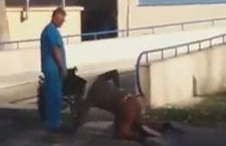 Imagini scandaloase! Pacient în genunchi, surprins în fața unui spital