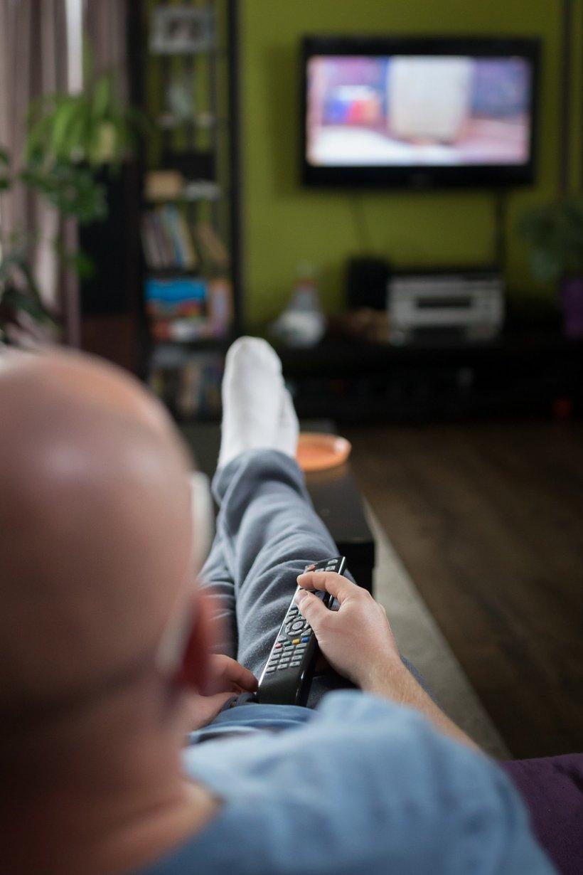 Fetița era împreună cu tatăl ei în sufragerie și se uitau la televizor. La un moment dat a simțit ceva ciudat că se mișca prin hainele ei. Ce făcea bărbatul