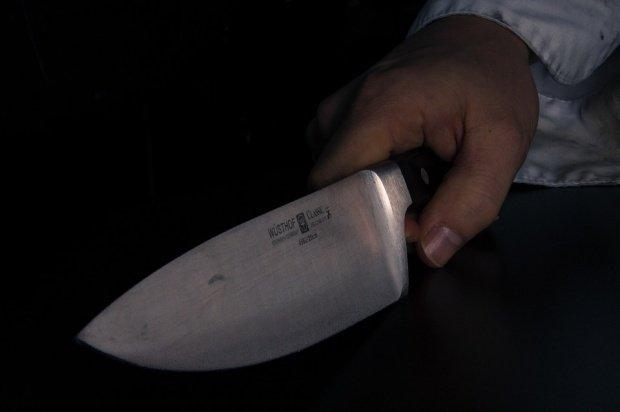 Panică în Călărași. Un bărbat băut ameninţa trecătorii cu un cuţit