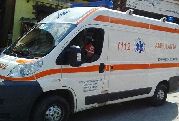 Accident grav în care a fost implicată o ambulanță. O pacientă a murit, iar o asistentă a fost rănită