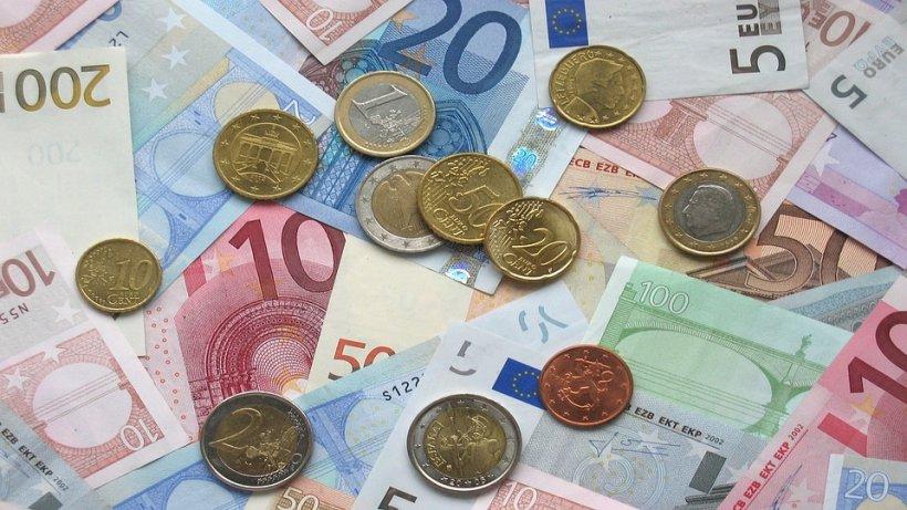 CURS VALUTAR. Euro a urcat spre pragul de 4,67 lei