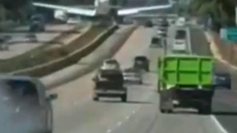 Momente de panică pe o autostradă! Un avion a aterizat printre mașini - VIDEO