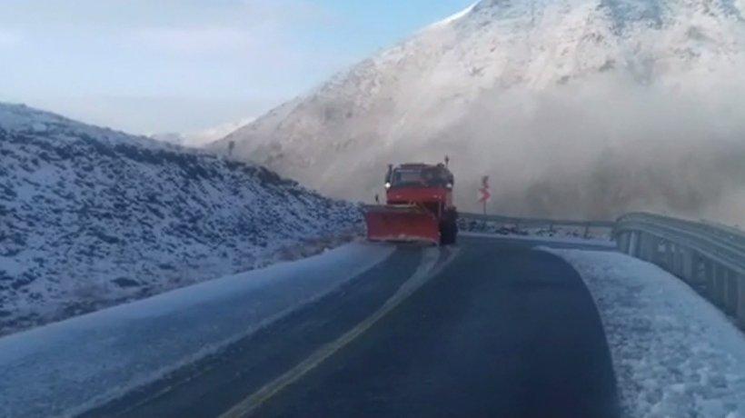 Un strat de zăpadă de câţiva centimetri s-a depus pe Transalpina.CNAIR anunţă închiderea circulaţiei rutiere