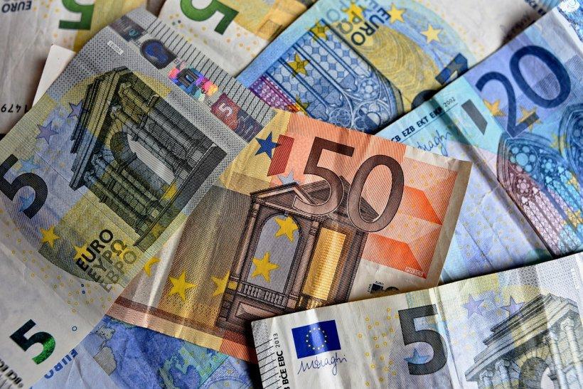 CURS VALUTAR. Euro a scăzut spre pragul de 4,65 lei