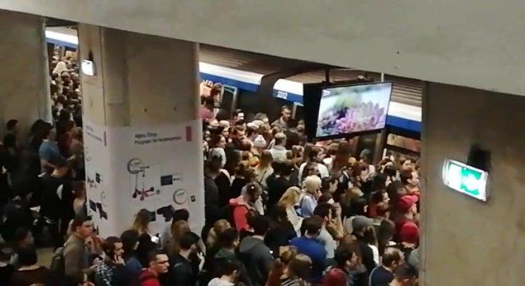 Haos la metrou din cauza unei defecțiuni. Mii de oameni, blocați în drumul spre muncă. Reacția Metrorex