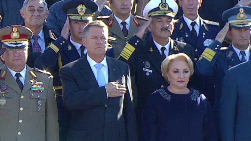 Președintele Klaus Iohannis și premierul Viorica Dăncilă, la ceremonia organizată de Ziua Armatei Române