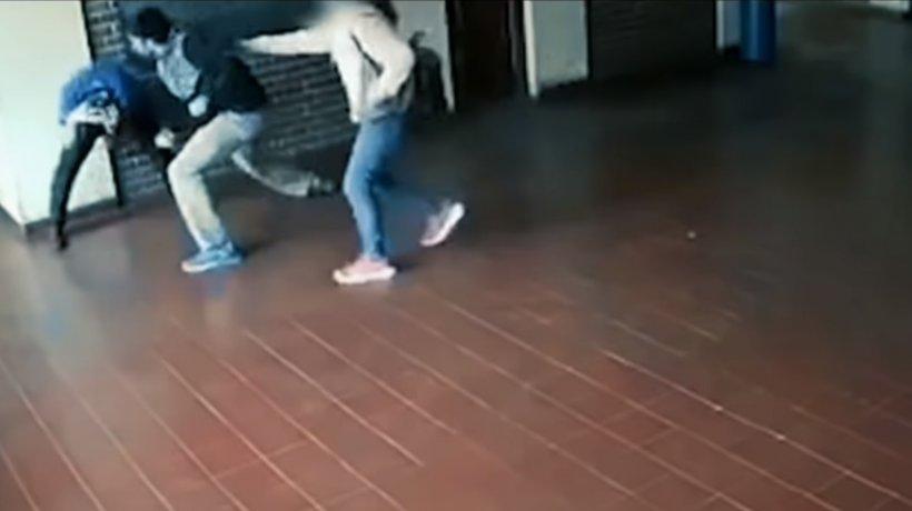 Imagini șocante într-o școală! Un profesor, desfigurat de un părinte pentru că i-a abuzat sexual fiica - VIDEO