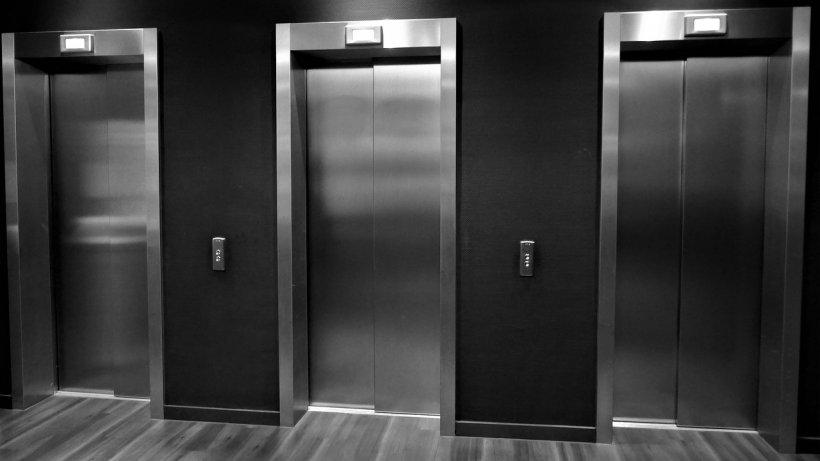 Un lift în care se aflau trei persoane ar fi căzut în gol la un spital din Craiova. Care e starea victimelor