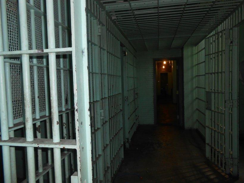 Doi tineri au încercat să evadeze din închisoare. După nouă ore de căutări, au fost prinși de gardieni
