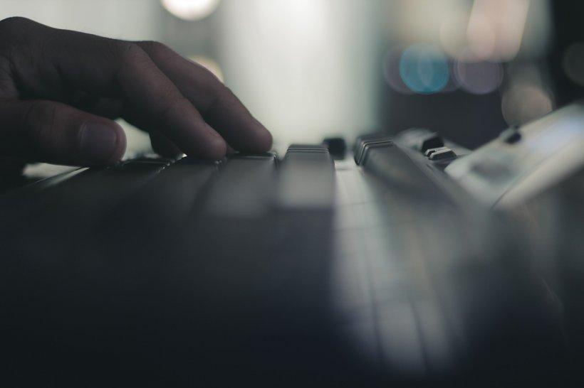 Boala care apare în cazul persoanelor care stau mult în fața calculatorului. Specialiştii spun că această afecţiune se transmite uşor