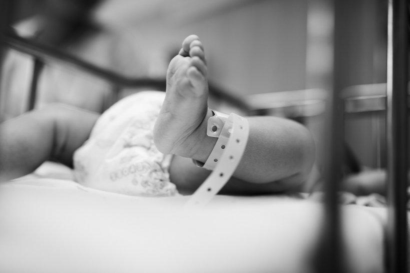 Caz rar la o maternitate din Botoșani. Un bebeluș s-a născut cu șase degete la mâini și la picioare