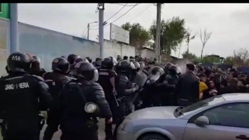 Incident înainte de un meci de fotbal. Suporterii au aruncat cu pietre în jandarmi  - VIDEO