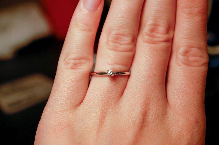 A găsit inelul de logodnă pe care iubitul său i-l cumpărase. Femeia a făcut imediat o poză și a postat-o pe Facebook, alături de un comentariu. Totul a devenit viral. Oamenii au fost dezgustați de ce a scris acolo