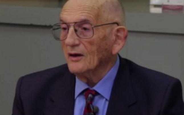 Un doctor de 94 de ani evită răceala și gripa cu ajutorul unui singur aliment consumat zilnic