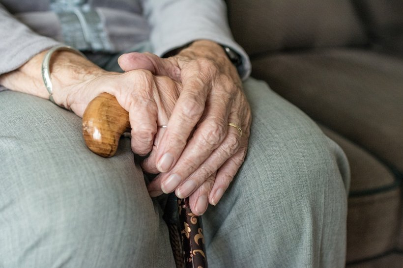 Caz șocant în Botoșani. Un bătrân de 85 de ani, bătut cu sălbăticie de patru copii