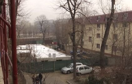 Premieră în Capitală! A început demolarea unui bloc construit ilegal