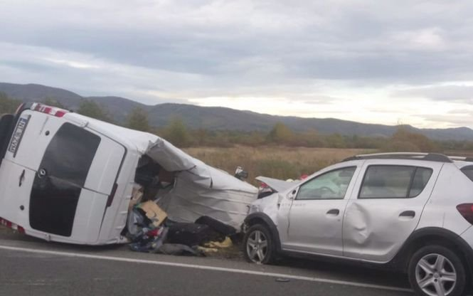 Un microbuz, în care se aflau opt pasageri, s-a răsturnat în județul Mureș