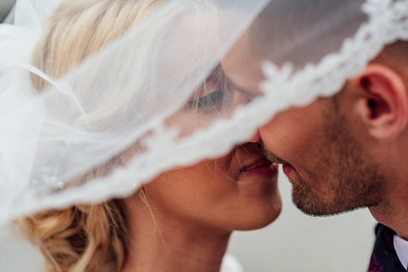 Urma să se căsătorească în cinci zile, când viitoarea mireasă i-a făcut o mărturisire șocantă celui care îi organiza nunta. Răspunsul lui a fost genial, iar ceremonia a urmat conform planului