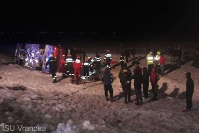 Accident teribil în Vrancea. Un autocar de călători s-a răsturnat! Un om a murit și alți șase au fost răniți grav
