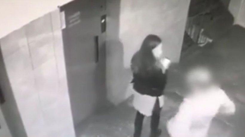 Ce spun medicii despre fata bătută și tâlhărită în scara blocului