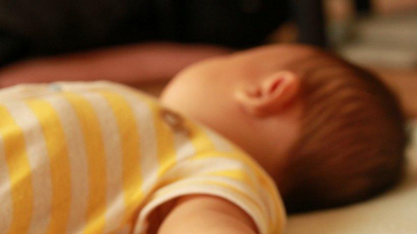 Bebelușul din Botoșani născut cu câte șase degete la mâini a murit