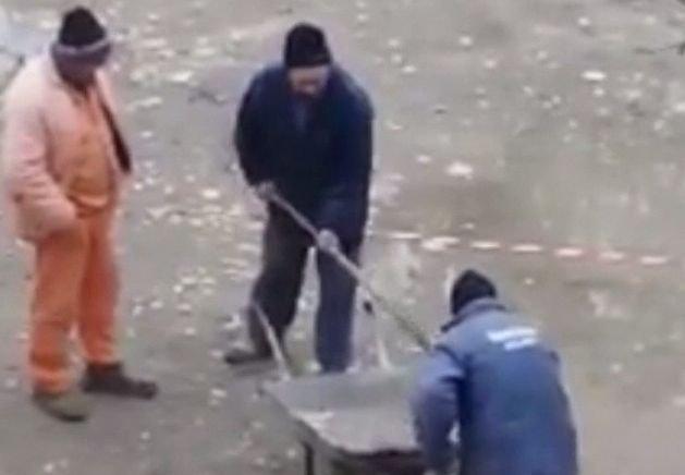 Dorel loveşte din nou! Doi muncitori, muncă de Sisif cu picătura de apă