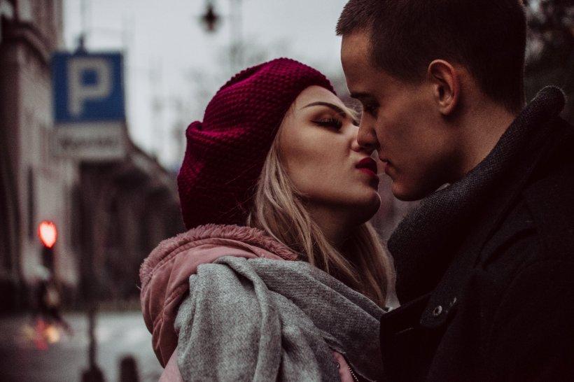 """""""Am început să fac dragoste cu un tip minunat. Sentimentele mele pentru ele încep să crească, dar recent am aflat că nu este chiar ceea ce pare. Este oribil ce mi-a făcut!"""""""