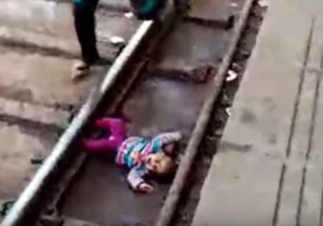 O fetiță a ajuns accidental sub un tren. Cum a fost găsită - VIDEO
