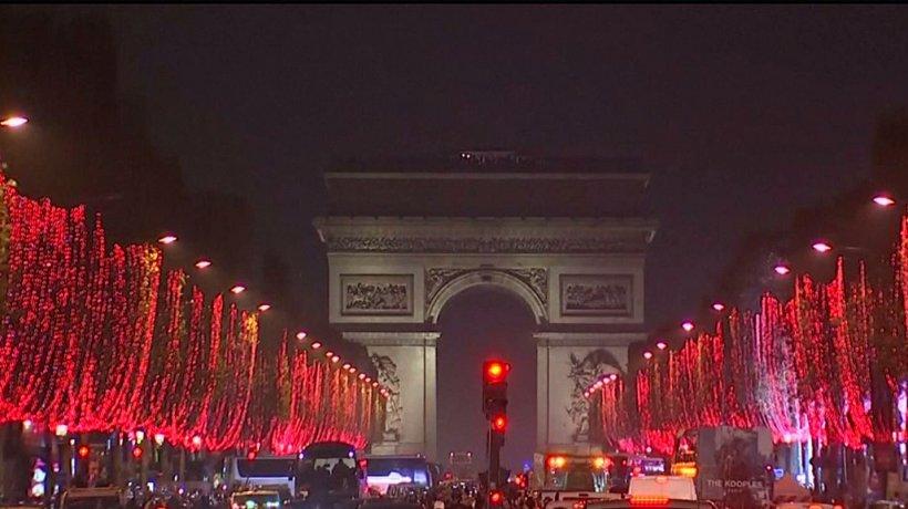 Parisul, iluminat de Crăciun. Cine a apăsat butonul care a aprins beculeţele - VIDEO
