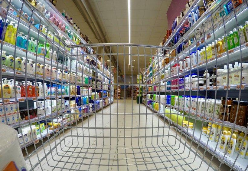 Doi angajați ai unui supermarket au intrat într-un birou, fără să știe că sunt camere. Ce a urmat e incredibil. Acum toată lumea știe (FOTO)