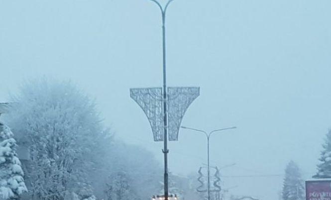 Primarii nu renunţă la decoraţiunile de Crăciun sub formă de chiloţi. Orașul în care ornamentele se află chiar pe bulevardul principal