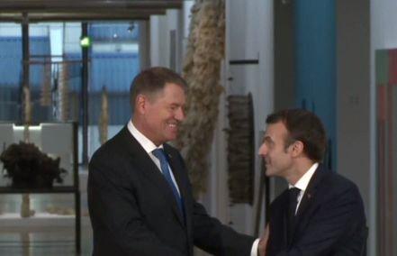 Klaus Iohannis, primit de Emmanuel Macron. Cei doi lideri semnează Parteneriatul Strategic dintre România şi Franţa