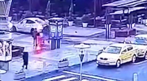 Tragedie evitată în ultima clipă. Imagini șocante filmate în parcarea unui mall din Capitală