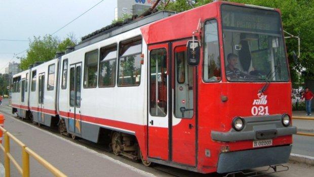 Andrada era în tramvaiul 41 când a auzit un tânăr vorbind la telefon. Când a realizat cu cine vorbește băiatul, a încremenit